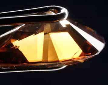 شکل(۱) این الماس 49.1 قیراطی دارای تراش اشک برلیان (PEAR BRILLIANT) و دارای رنگ ORANGE FANCY DEEP BROWN (درجه بندی GIA) ( دارای رنگ نارنجی قهوه ای غلیظ ) میباشد.