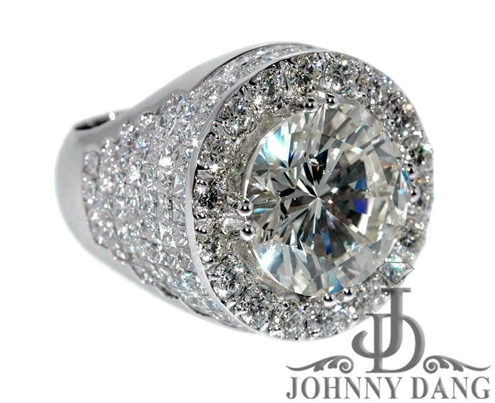 انگشتري كه در تصوير مشاهده مي شود از طلاي 14 عيار و الماس ساخته شده است