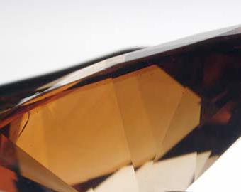 شکل(۲) منطقه رنگی غلیظ در زیر سطح GIRDLE در PAVILION الماس مورد نظر