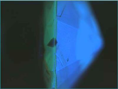 شکل(۴) در این تصویر رفتار الماس در زیر نور U.V نشان داده شده است که دو رنگ متفاوت در دو قسمت سنگ مشاهده می شود